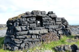 Close-up of another shelter. The blocks seem to be hewn out of pāhoehoe lava.