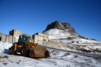 Earthmover with the mountain Þyrill and rhyolite factory in the background - full colour